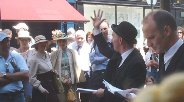 Bloomsday performers outside Davy Byrne's pub in 2003 (public domain via Wikimedia Commons)